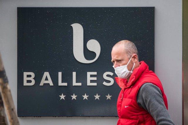 Un hombre protegido con mascarilla entra por la puerta de la Residencia para Mayores Ballesol Mirasierra