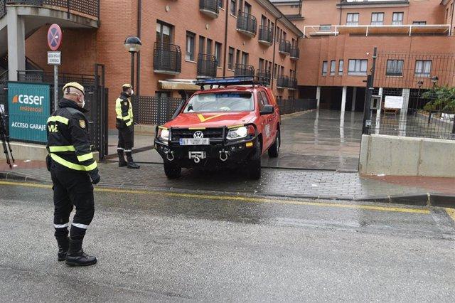 Efectivos de la Unidad Militar de Emergencias (UME) en la Residencia de ancianos y tercera edad Caser Santo Ángel, donde ha llegado para desinfectar las instalaciones, en Murcia (España), a 24 de marzo de 2020.
