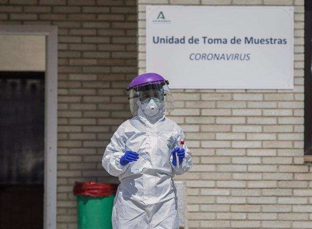 Un sanitario durante las de recogidas de muestras a personas  desde su propio coche para detectar casos de coronavirus, (Covid-19), en el Hospital Militar de Sevilla, (Andalucía, España), a 23 de marzo del 2020.