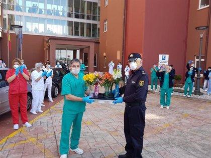 Homenaje de la Policía Nacional a los trabajadores de las residencias de mayores