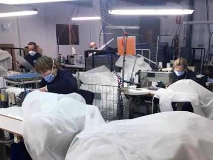 La Asociación de Personas con Discapacidad de la Ribera confecciona batas quirúrgicas y mascarillas