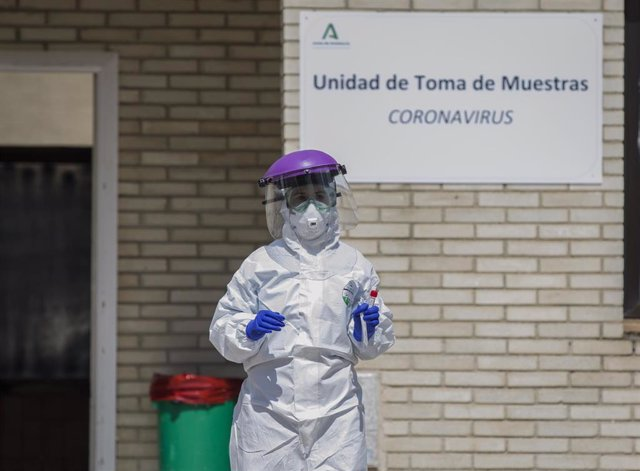 Imagen de archivo de un sanitario durante las de recogidas de muestras a personas