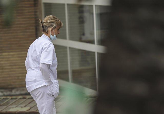 Personal sanitario en el entorno de Hospital Universitario Virgen del Rocío al final de la segunda semana del estado de alarma por coronavirus, Covid-19. En Sevilla, (Andalucía, España), a 27 de marzo de 2020.