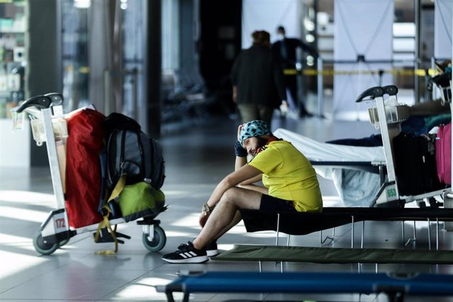 Un viajero en un aeropuerto en Colombia