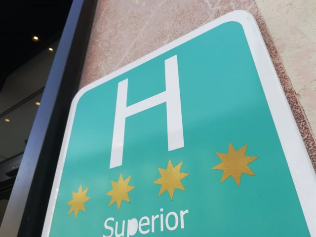 Distintivo acreditativo de un hotel de cuatro estrellas en Palma. Los hoteles deben exhibir esta placa en el exterior.