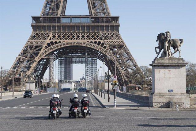 Despliegue policial junto a la Torre Eiffel