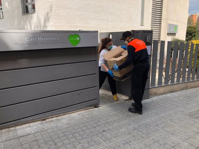 Protección Civil reparte material sanitario a residencias de L'Hospitalet de Llobregat