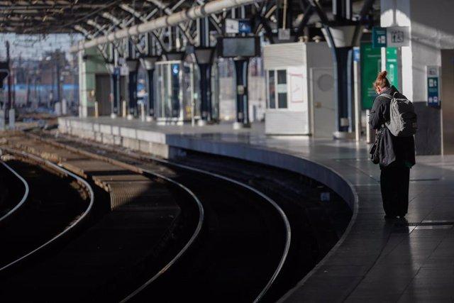 Una mujer en una estación de tren en Bruselas durante el confinamiento decretado en Bélgica por la pandemia de coronavirus