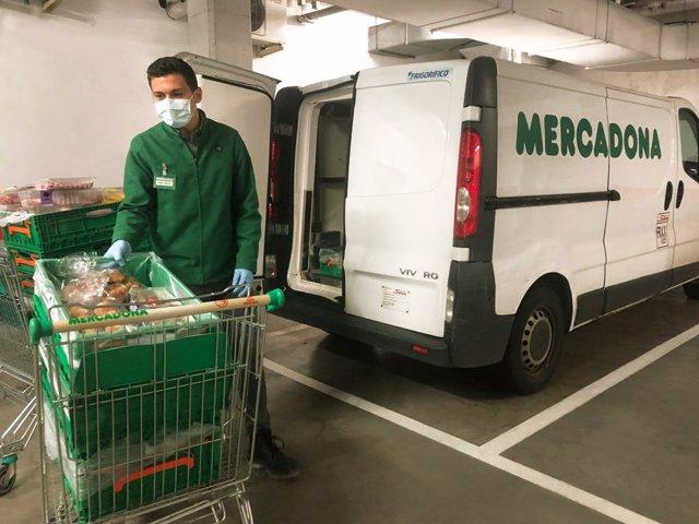 Trabajador de Mercadonas preparando productos para donar
