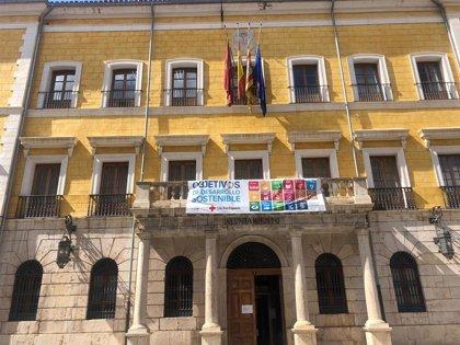 Las banderas del Ayuntamiento de Teruel ondean a media asta por los fallecidos a causa del COVID-19