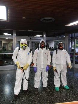 Delegados sindicales y voluntarios desinfectan la residencia Doctor González Bueno de Madrid.