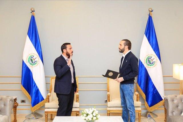 Francisco Alabi toma posesión del cargo de ministro de Salud de El Salvador frente al presidente, Nayib Bukele.