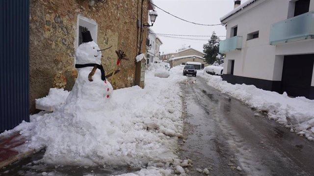 Muñeco de nieve como consecuencia del temporal de lluvia, frío y nieve en la Región