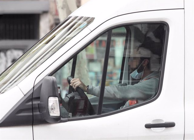 Un trabajador conduce por Madrid.
