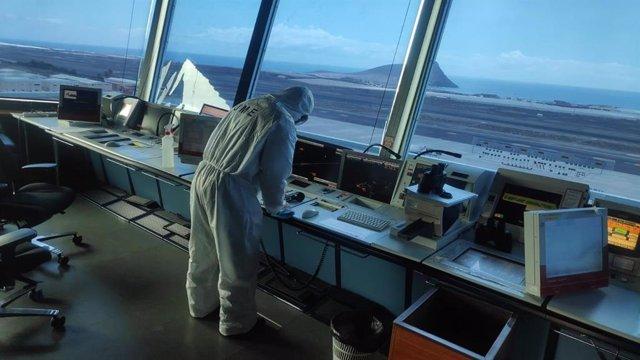 Efectivo de la UME haciendo labores de higienización en el Aeropuerto Tenerife Sur