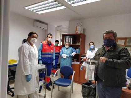 Una treintena de personas realiza en Aznalcóllar mascarillas y batas contra Covid-19, que ya donan también a otras zonas