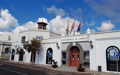 Las banderas de Arrecife (Lanzarote) ondean a media asta en señal de duelo por los fallecidos en España
