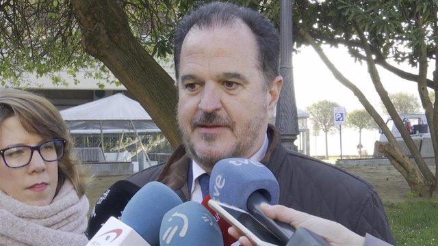 Carlos Iturgaiz atiende a los medios informativos
