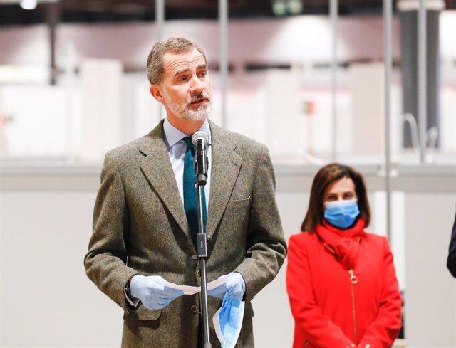 El Rey Felipe VI ofrece un discurso durante su visita al hospital de campaña habilitado en Feria de Madrid IFEMA para atender a enfermos de coronavirus. ) En Madrid (España), a 26 de marzo de 2020.