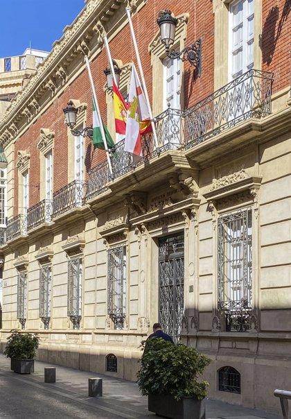 Diputación de Almería ondea sus banderas a media asta en homenaje a las víctimas del coronavirus