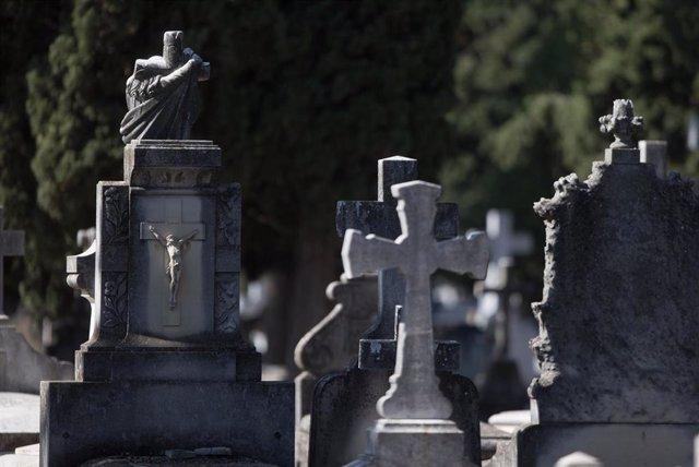 Ataúdes y lápidas del Cementerio de la Almudena.