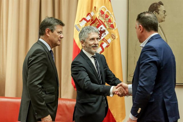 (I-D) El presidente de la Comisión de Interior, Rafael Catalá; el ministro de Interior, Fernando Grande-Marlaska; y el secretario primero de la Comnisión, Juan Antonio Delgado.