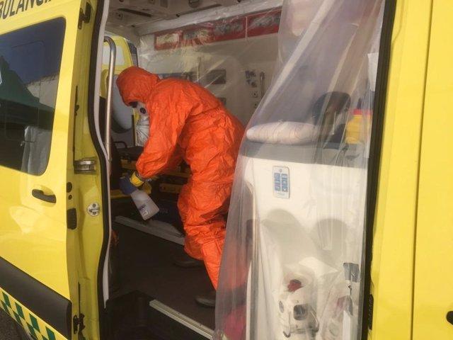 Un bombero realiza la descontaminación del interior de una ambulancia en Estella
