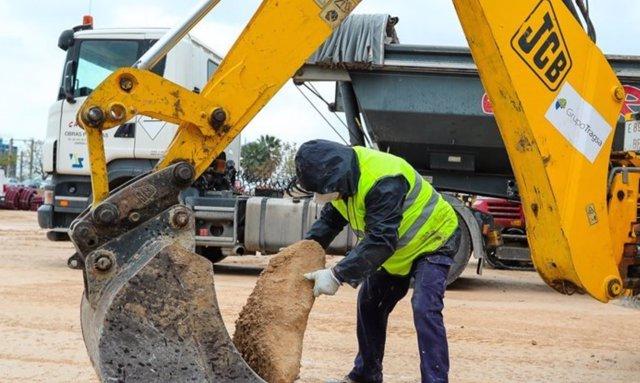 Obreros trabajan en la construcción del Hospital de Campaña al lado del Hospital la Fe en Valencia