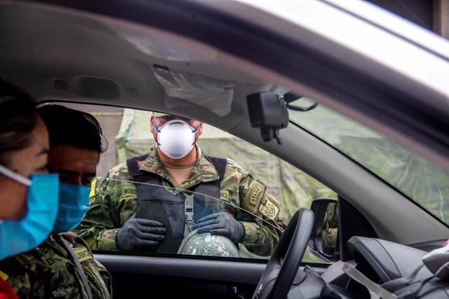 Imagen de un soldado con mascarilla en Ecuador.