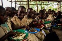Niños comiendo en una escuela en Burundi