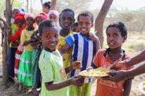 Niños comiendo en una escuela en Etiopía