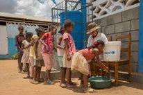 Niños lavándose las manos en Madagascar