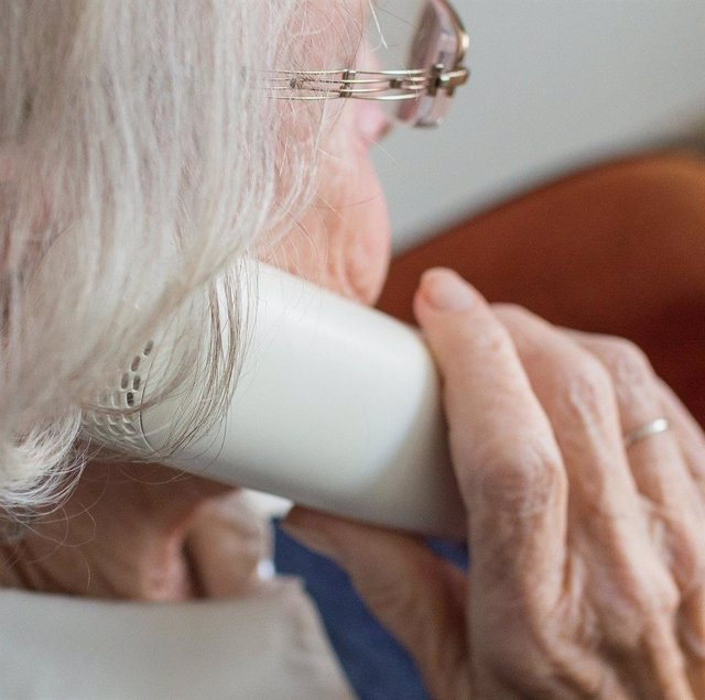 Persona mayor al teléfono