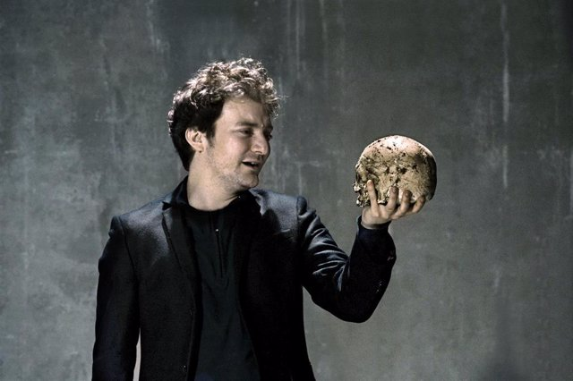 El actor Pol López durante su actuación en la obra 'Hamlet' de William Shakespeare realizada en el Teatre Lliure