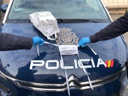 Coronavirus.- Una mujer de 74 años dona 50 mascarillas a la Policía Nacional, elaboradas por ella misma en Es Castell