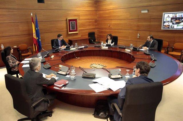 El presidente del Gobierno, Pedro Sánchez, preside el Consejo de Ministros extraordinario