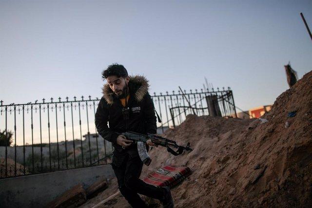 Un combatiente leal al Gobierno reconocido por la comunidad internacional en Trípoli