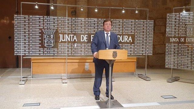 El presidente de la Junta, Guillermo Fernández Vara, en rueda de prensa en mérida