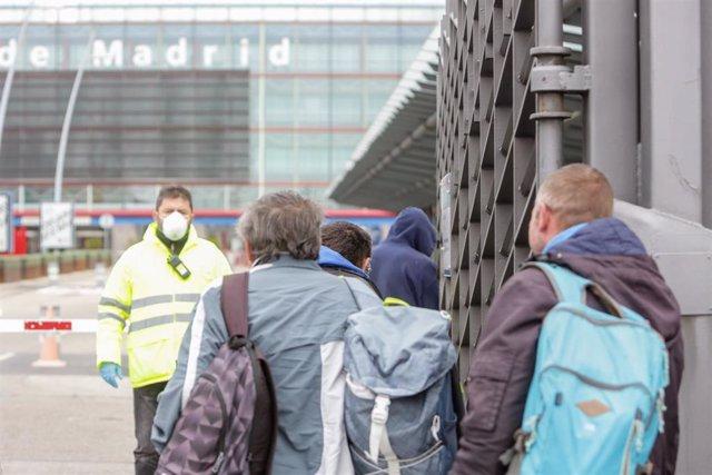 Entrada de algunas personas sin hogar al pabellón 14 de Feria de Madrid IFEMA, que ha sido acondicionado para sintechos mientras dure la crisis del coronavirus, en Madrid.