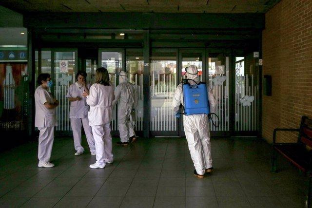 Militares de la UME entran en  una residencia de mayores para efectuar tareas de desinfección