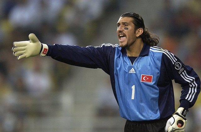 Rustu Recber, en un partido con la selección de Turquía.