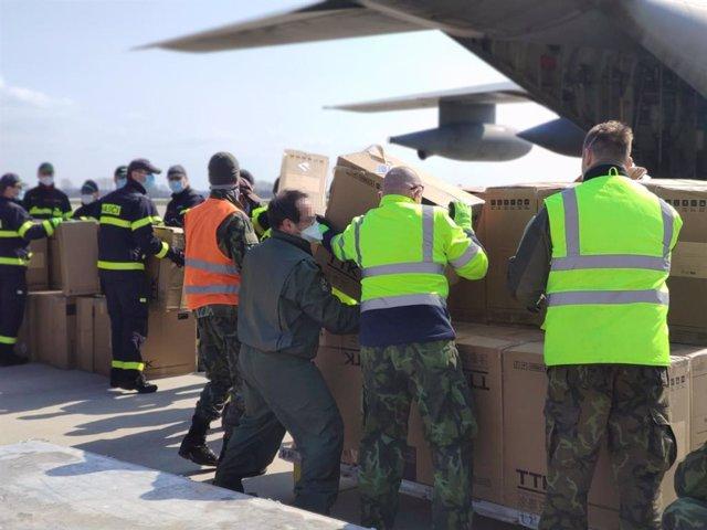 Un C130 Hércules del Ala31 recoge material de protección sanitaria contra el Covid-19 donado por la República Checa en el aeropuerto de Pardubice, en Pardubice (República Checa) a 29 de marzo de 2020.