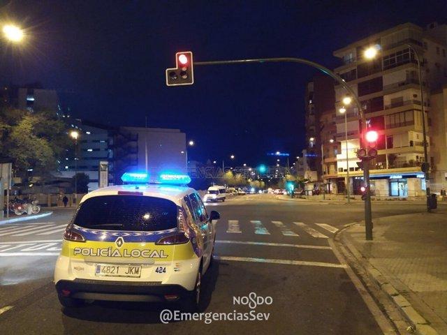 Sevilla.- Coronavirus.- Un coche de la Policía Local patrulla por el casco histórico emitiendo música procesional