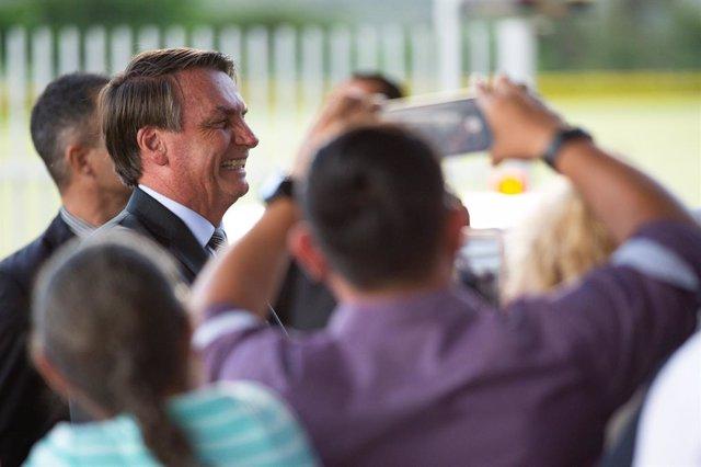 Coronavirus.- Bolsonaro vuelve a salir a la calle para visitar mercados y hacer