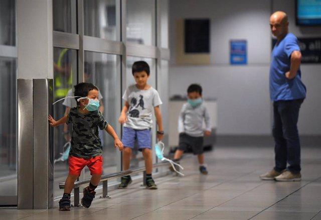 Tres niños durante su cuarentena en la isla de Navidad, bajo administración australiana.