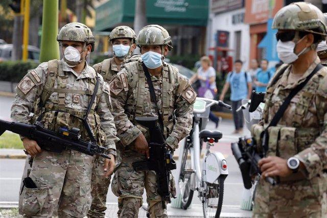 Una patrulla de las fuerzas de seguridad de Perú durante la cuarentena.