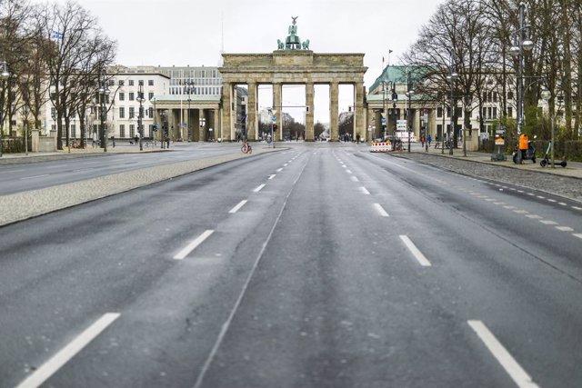 El carrer cap a  Brandenburg en plena quarantena pel coronavirus