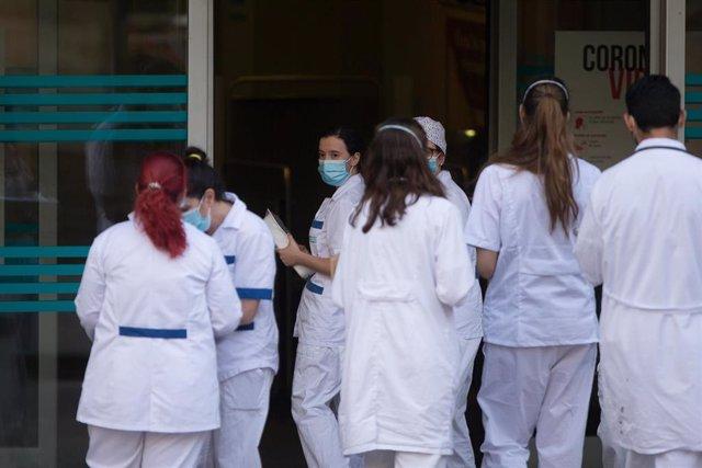 Sanitarios aguardando el inicio del homenaje que cada día se celebra en su honor en todos los Centros de Salud