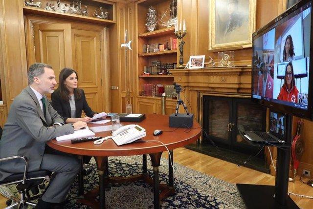 Videoconferencia de los Reyes con responsables de Cruz Roja Española