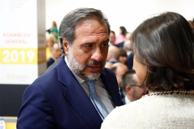 Imagen de recurso del presidente de la Cámara de Comercio de Madrid, Ángel Asensio y la ministra de Industria, Comercio y Turismo en funciones, Reyes Maroto.